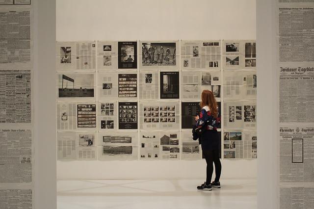 Treballant entre quadres en una Galeria d'Art
